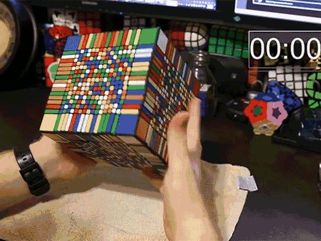 Phải mất anh chàng này hơn 7 giờ để giải quyết khối Rubik khó nhất thế giới