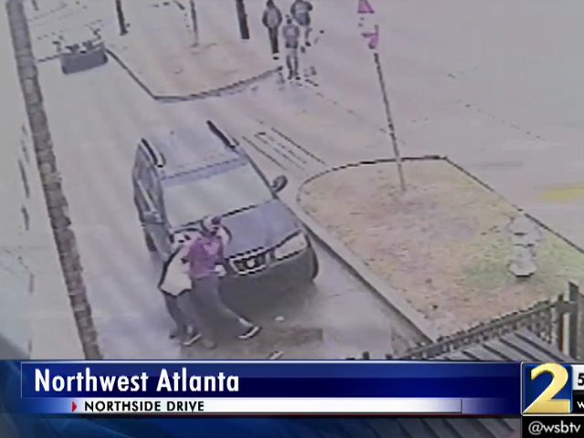 Người phụ nữ giọt phím trong khi chiến đấu Điện Thief Chỉ để có Bystanders Trộm xe của cô