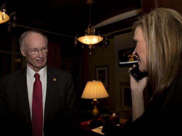 アラバマ州知事の顧問は、彼が「不適切」な発言をしたことを認めた後に辞任