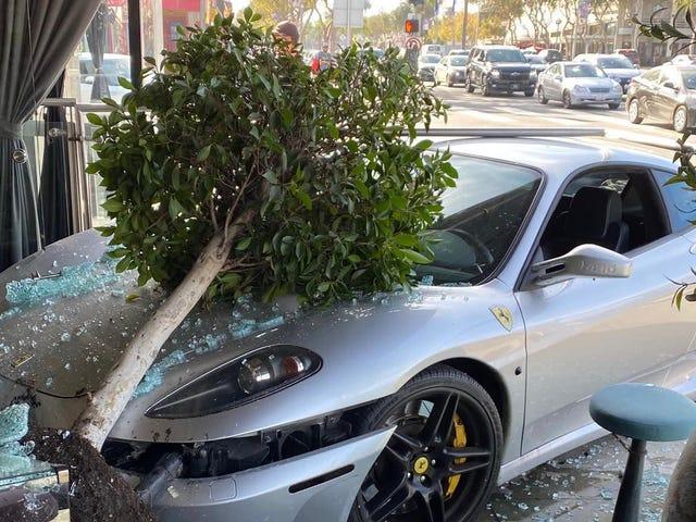 Ferrari utilise le service au volant dans un restaurant qui n'en a pas