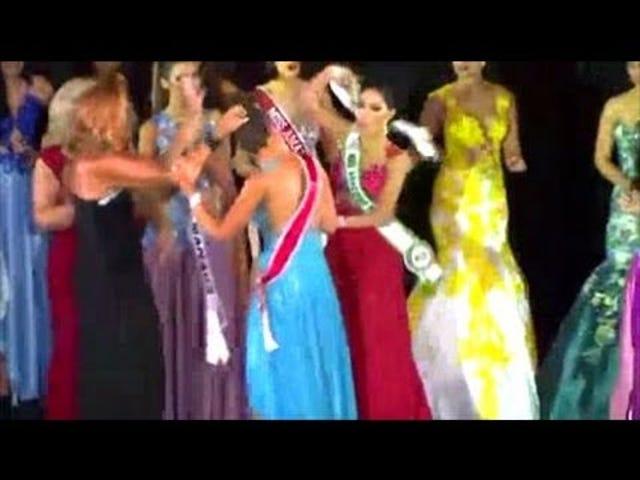 El concurso de belleza finalista Yanks corona la cabeza del ganador, no tiene remordimientos