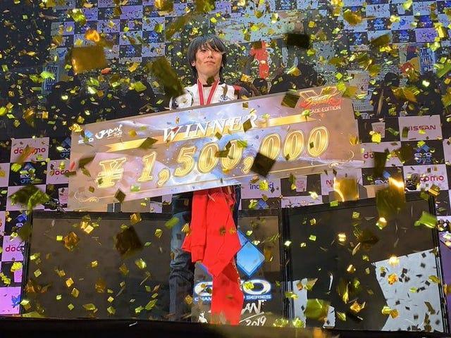 Campeão do Japão Evo recebe seu prêmio apesar das leis confusas do Japão