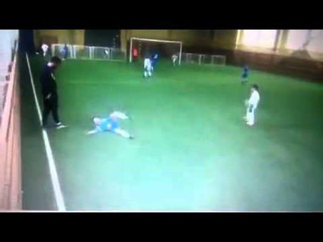 Een klein Russisch voetbaljongetje wordt verongelukt als Big Coach hem schopt