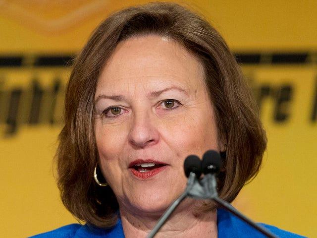 Dopo Unendorsing Trump, il senatore del Nebraska Deb Fischer ribadisce Trump