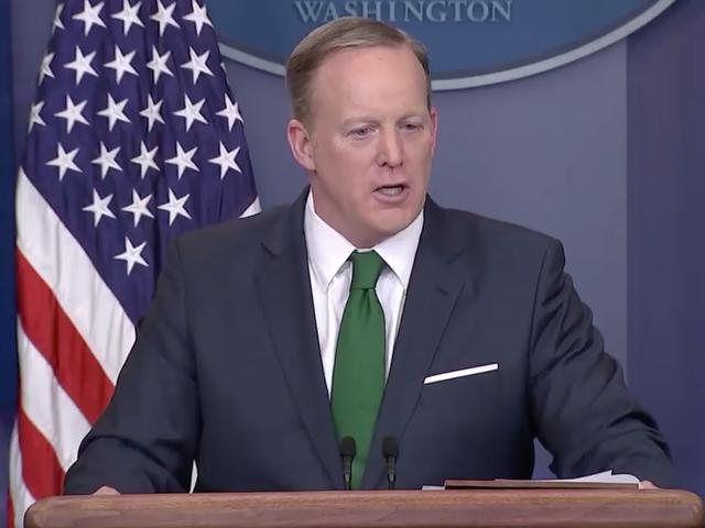 Se Sean Spicer smälta ner som att försvara Trumps Wiretap Bullshit tar sin oundvikliga Toll