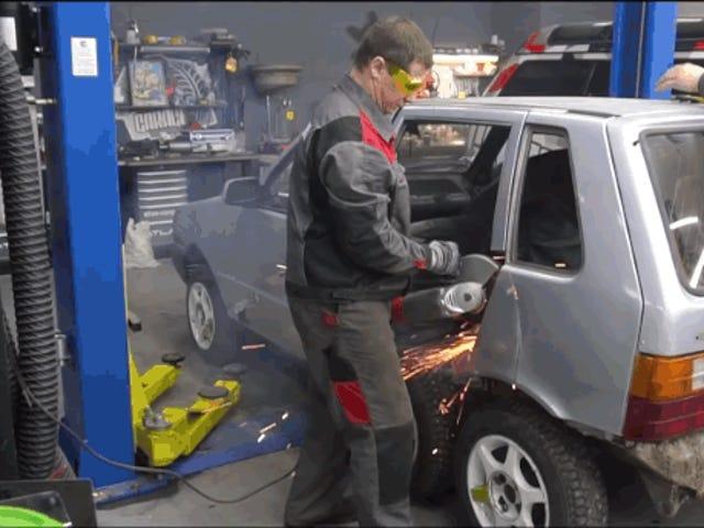 Dette er hvad der sker, hvis du installerer 8 hjul på en gammel Fiat Uno