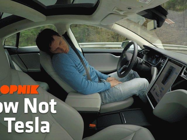 """Я не можу повірити в цю фондову передачу парня """"Спляча"""", використовуючи Tesla Autopilot все ще онлайн <em></em><em></em>"""