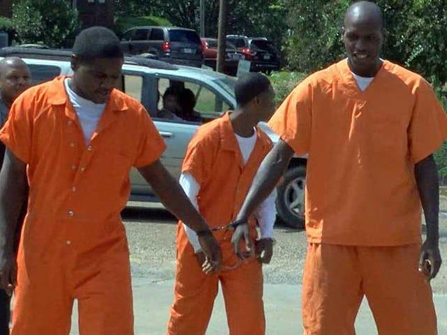 Οι Δεσποινοί ξεσπώνται από τη φυλακή, διαστρεβλώνουν ένα Γενικό Δολάριο, στη συνέχεια γλιστρίζουν πίσω στη φυλακή στο Bizarre Crime