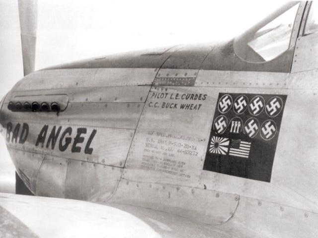 El piloto aliado que derribó a un avión de cada una de las potencias del Eje y fue condecorado por ello (y no conforme con eso, también a un avión de su propio país... y a su propia esposa)