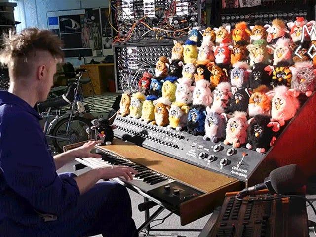 Ang Tao ay Nagpapahiwatig ng Malaking Horror Sa pamamagitan ng Pagbuo ng isang Singing Furby Organ