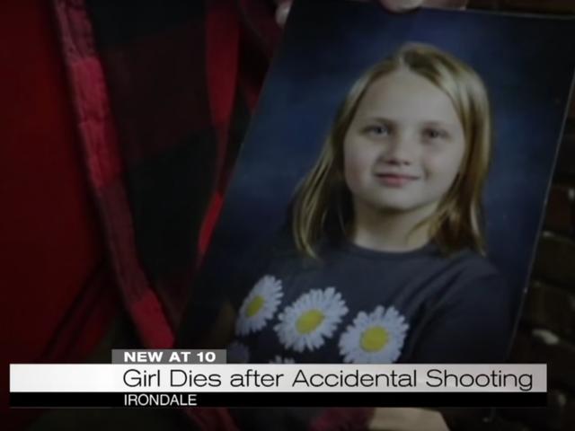 3 tuổi tìm thấy khẩu súng lục được nạp vào đầu giường, bắn chết em gái 9 tuổi