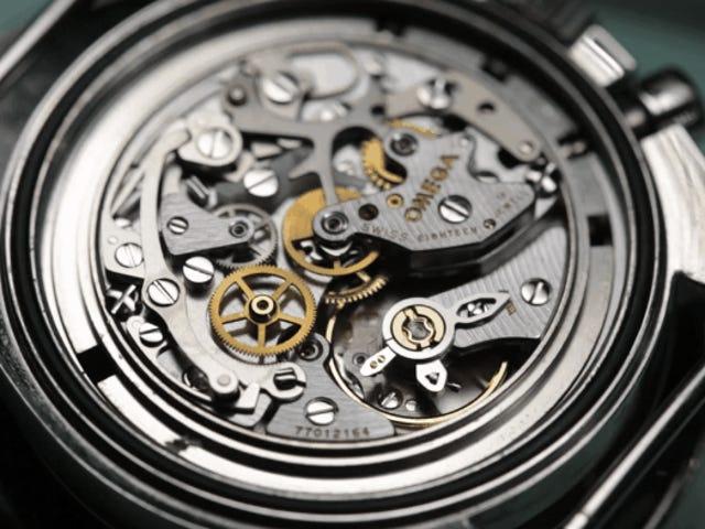 El delicado y fascinante proceso de hacer mantenimiento bir un reloj mecánico suizo
