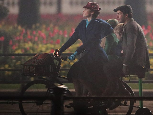 Here's a First Look At Emily Blunt, Lin-Manuel Miranda On Mary Poppins Set