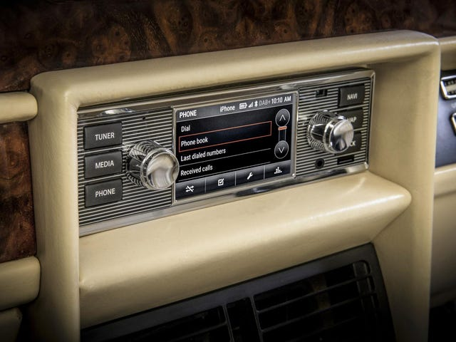 How to correctly integrate an infotainment system into a dashboard