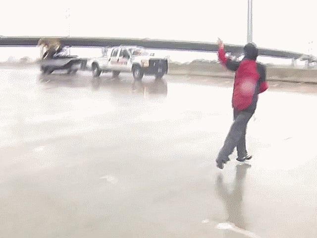 Un reportage sur ce qui se passe dans la rivière Harvey dans la rue d'un camion en direct