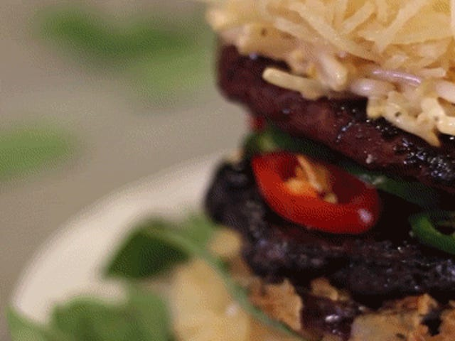 Bir pho burger, ramen burgerinden çok daha lezzetli görünüyor