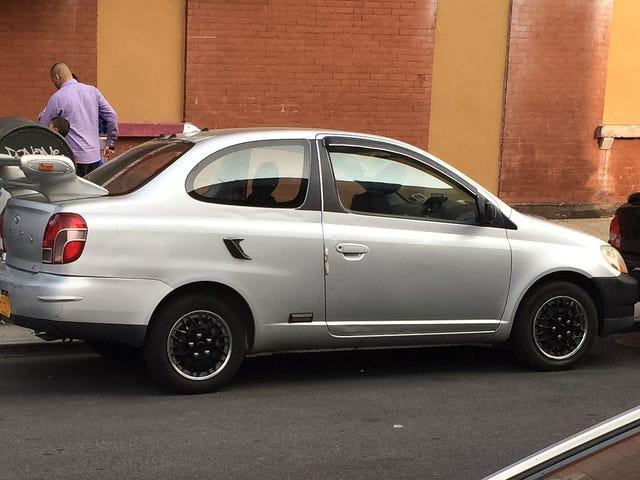 Cette Toyota Echo est-elle supposée être une parodie?  (UPDATE: PILOTE SPOTTED)