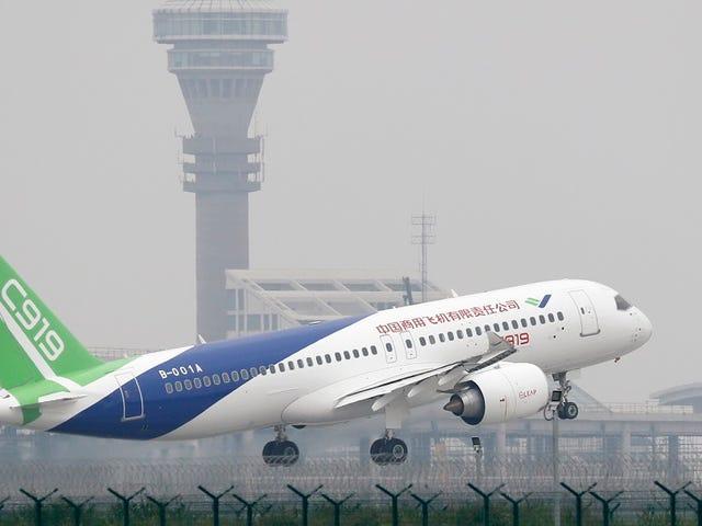 El primer avión con el que China quiere competir con Boeing completa con éxito su primer vuelo