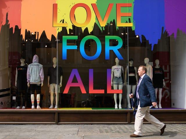 Какой товар месяца гордости на самом деле помогает ЛГБТ-причинам?