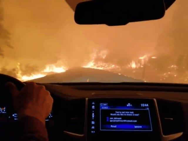 ビデオは、パラダイス、カリフォルニアで大規模な火災を脱出する恐ろしいドライブを示しています