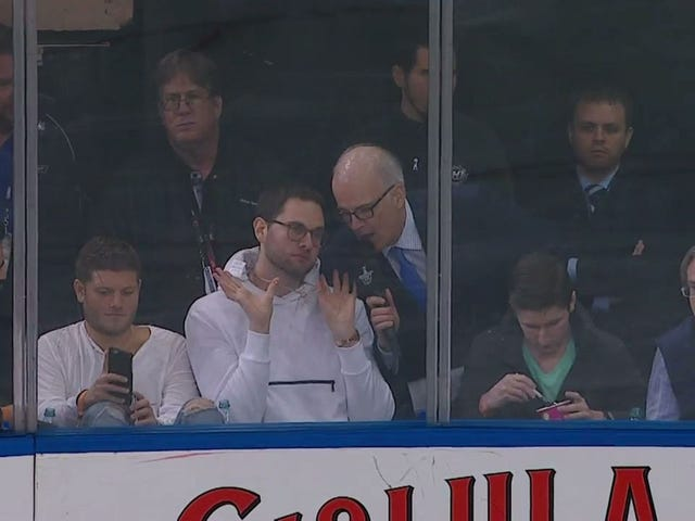 """Benjamin Franklin tue le jeu!""  Un fan de hockey doit être vu"