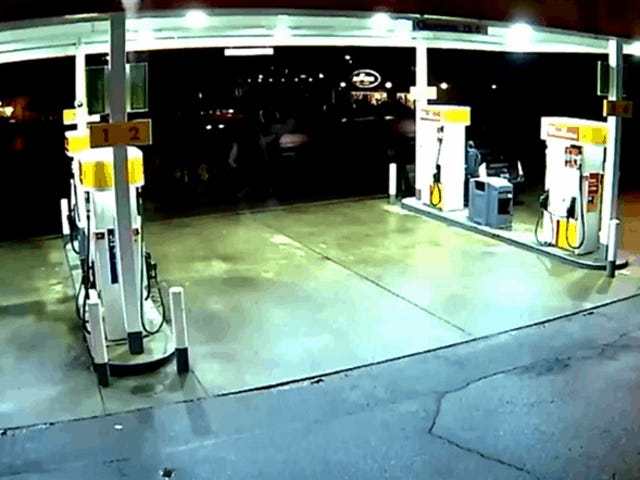 Un coche de Uber se estrella contra una estación de gasolina y explota en una bola de fuego