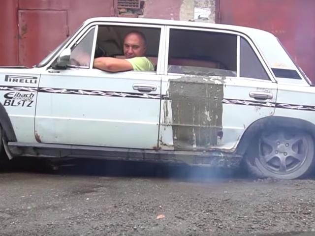 कंक्रीट के पांच टन के साथ एक कार भरना एक क्लच को मारने का सबसे अच्छा तरीका है