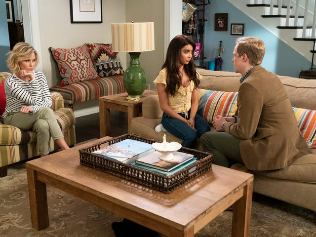 Modern Family resolves its love triangle, and finds comfort in familiarity
