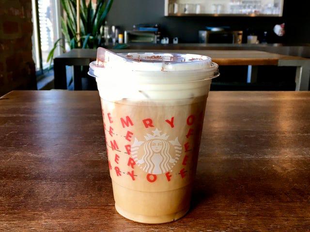 ¿Es el Starbucks Irish Cream Cold Brew el clásico navideño que hemos estado buscando?