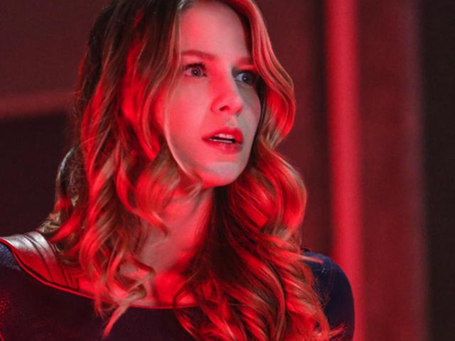 Kara se deshace de la falda con su nuevo traje de la temporada 5 de Supergirl