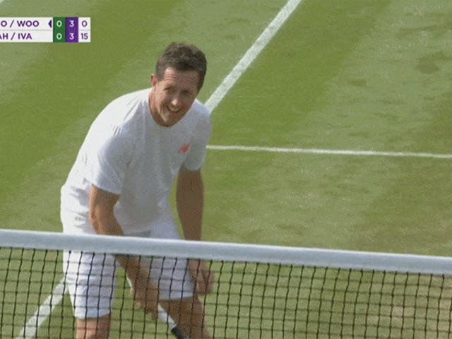 Tenis oyuncusu topu ile pegged alır, Neymar haraç öder