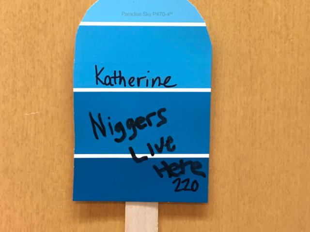 Westfieldin osavaltio U tutkii opiskelijavaatimusten jälkeen rasistisen viestin kirjoittamista hänen ovellaan
