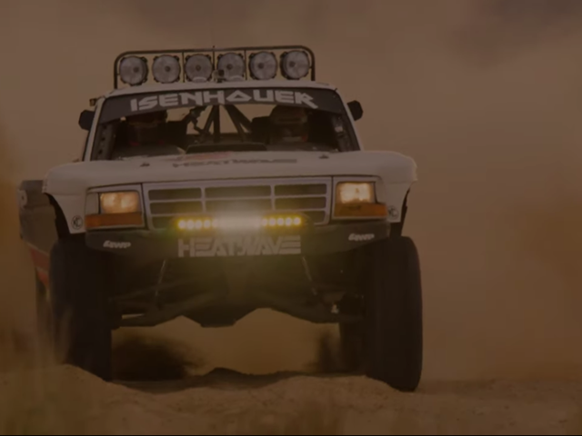Echa un vistazo a este dramático video nocturno de Desert Racing