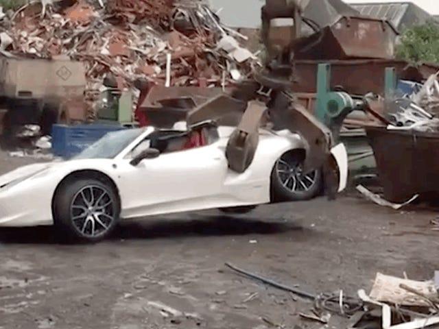 No es divertido ver a esta grúa amasando a una araña Ferrari 458 como la masa de pan