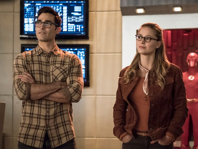 """The Flash swaps bodies with Green Arrow as the """"Elseworlds"""" crossover begins"""