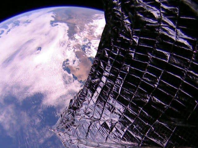 햇빛으로 밀려 난 LightSail 2는 단 2 주 만에 궤도를 10,500 피트 올립니다.