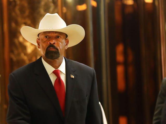 O xerife controverso de Milwaukee David Clarke renuncia sem explicação