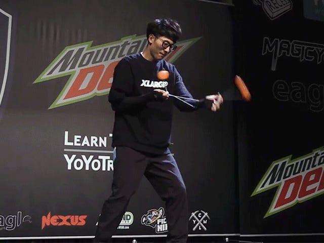 Jeg nekter å tro at denne verdensmesteren ikke var født med Yo-Yos Festet til hans armer