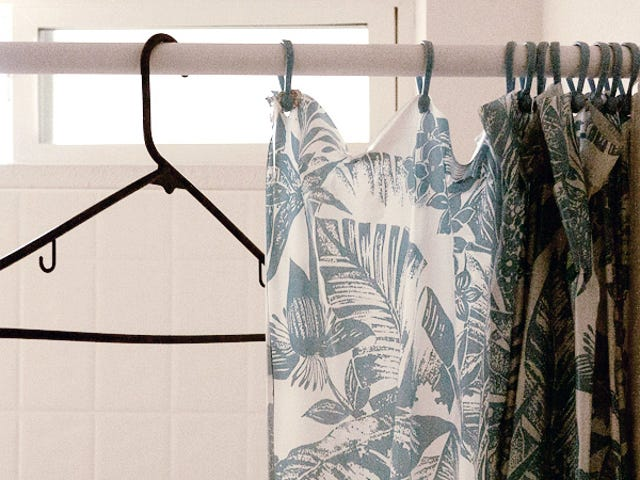 Hang Your Guests' Coats Over the Tub<em></em>