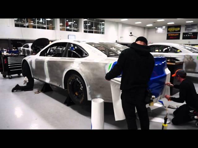Παρακολουθήστε ένα αυτοκίνητο αγώνα NASCAR Πάρτε όλα ντυμένο για το μεγάλο αγώνα