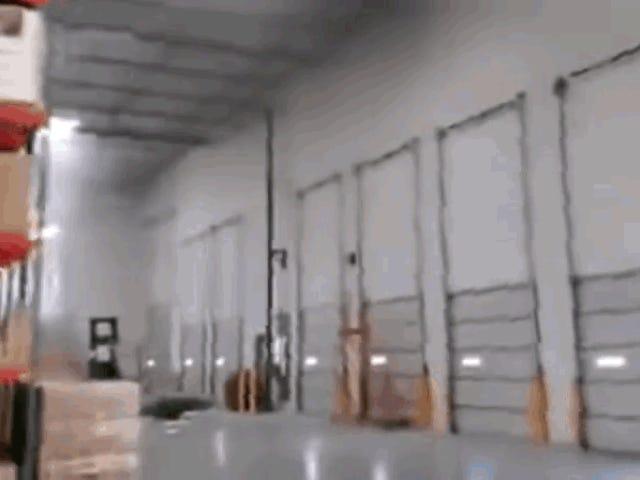 Un caza F-16 se estrella en un almacén de California y un trabajador captura en vídeo las consecuencias