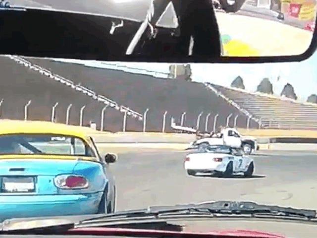 Spec Miata y Tow Truck chocan en medio de una carrera <em></em>