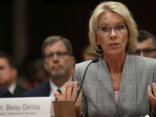 Il dipartimento di educazione di Betsy DeVos per smettere di indagare sugli amici di Betsy DeVos