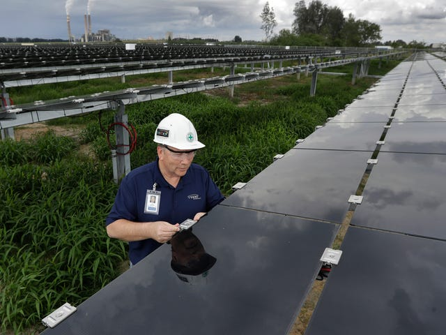 Ο στόχος διαχείρισης Trump εισάγει ηλιακά πάνελ για τεράστια τιμολόγια