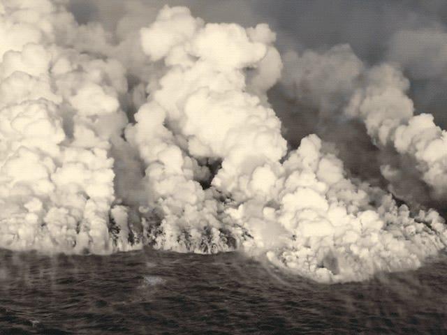 Esta toma aérea de la lava del Kilauea entrando en el mar para parece una escena de película del fin del mundo