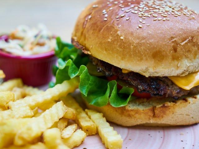 Científicos descubren un truco que puede quitarte las ganas de comer comida grasienta: olerla