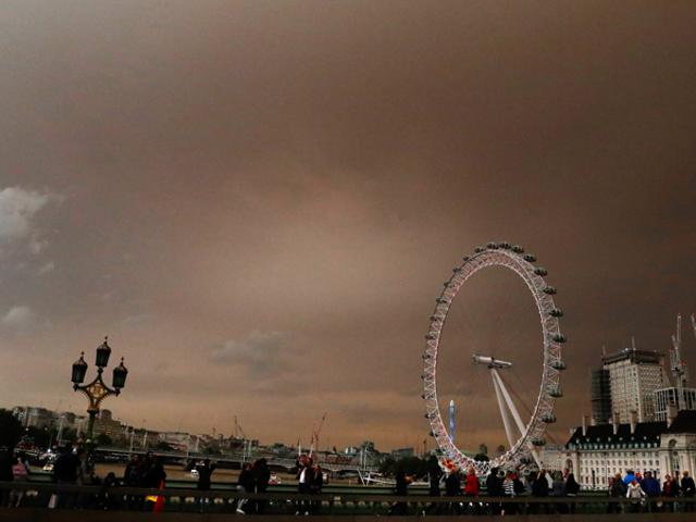 Tidligere orkanen Ophelia gjør London til å se ganske apokalyptisk akkurat nå