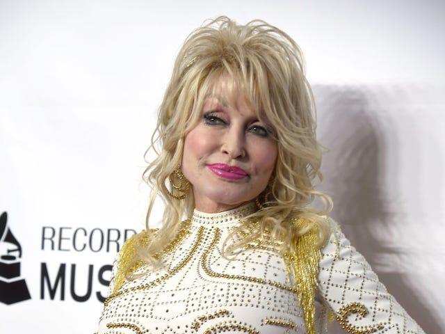 Saturday Night Social: Dolly Parton Bize İhtiyacımız Olan Tek Yaşam Tarzı Markasını Veriyor