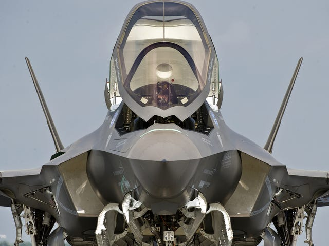 Cool frontal shot really makes the F-35 look like a sci-fi starfighter