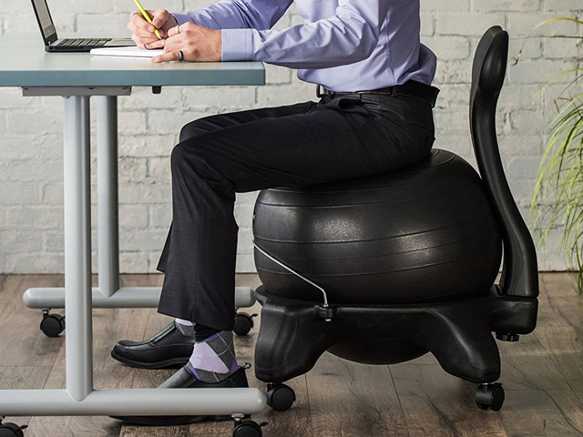 当您使用这款折扣平衡球椅时,锻炼身体